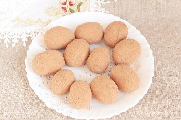 Обвалять пирожные в какао-порошке, примерно 2 ст. л. Готовые пирожные охладить и можно подавать к чаю, кофе.