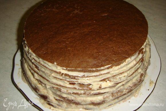 Собрать торт, складывая коржи и смазывая их кремом. Убрать торт в холодильник хотя бы на 1 час.