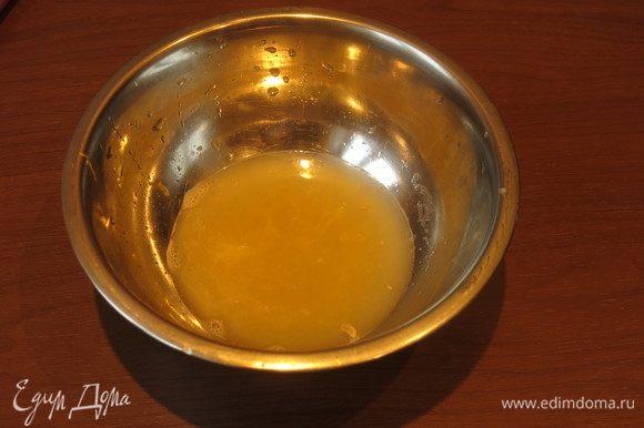 Выдавливаем сок с двух лимонов. Веса не придерживалась, сколько получилось, выдавливала просто руками.