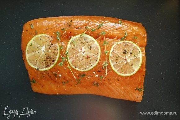 Пока рыба маринуется готовим соус. Сливочный сыр разбавляем сливками и прогреваем на плите до однородной консистенции.