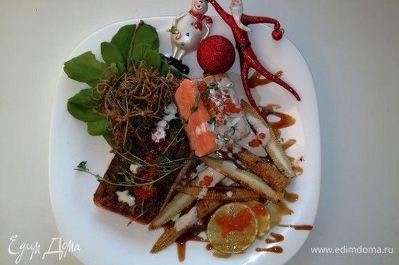 Подаем лосось с грибами еноки, украсив сливочным соусом и красной икрой. На гарнир я обжарила кукурузу на сковороде-гриль. Приятного аппетита!