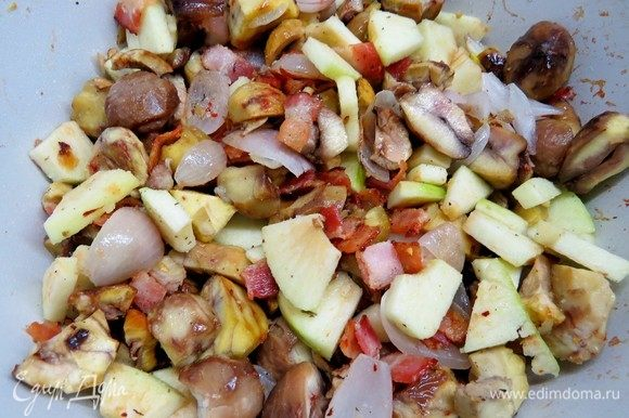 Добавить каштаны в сковороду к бекону и луку. Посолить, поперчить по вкусу.