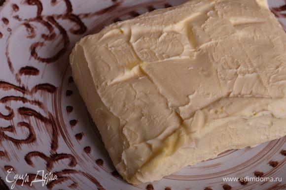 Масло оставить при комнатной температуре на 3-4 часа, чтобы оно как следует размягчилось.