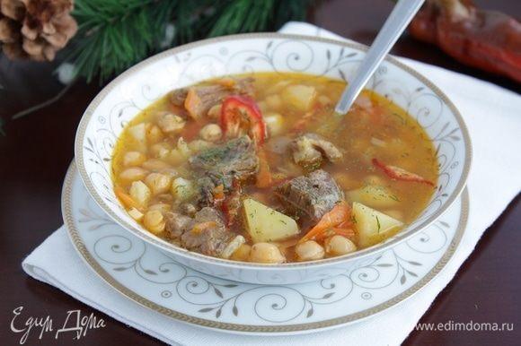 Суп посыпать зеленью, дать настояться под крышкой 15 минут, затем подать.