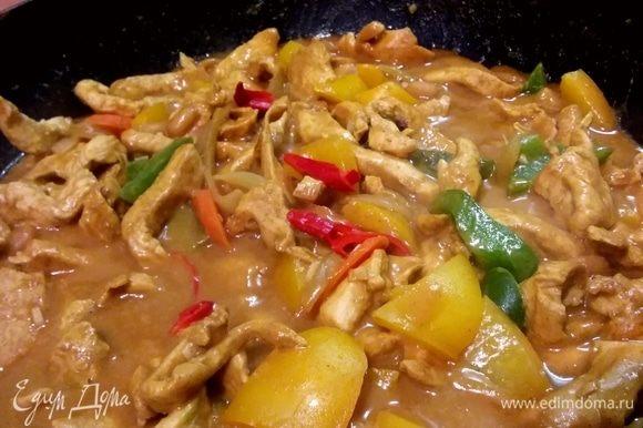 Подавать можно, по желанию, все перемешав прямо в воке (сковороде) или выложив лапшу на тарелку и полив ее арахисовым соусом с курицей.