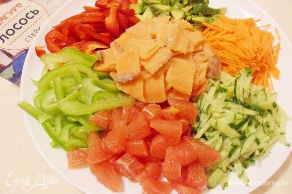Ломтики лосося выложить горкой на имбирь в самый центр общего блюда. Сырая рыба — самый главный ингредиент салата — символ изобилия и достатка в течение всего года.