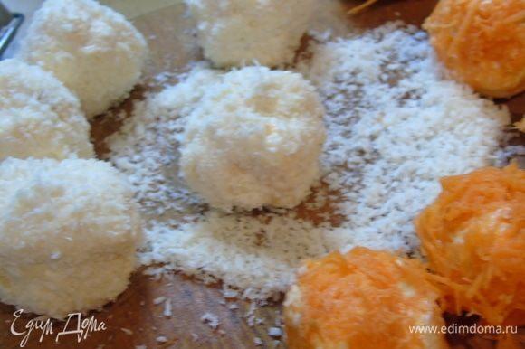 Ложечкой берите немного салата, скатайте в шарик и обваляйте в морковке или в кокосовой стружке. Шарики делайте не большие, я спешила, поэтому шарики получились большие.