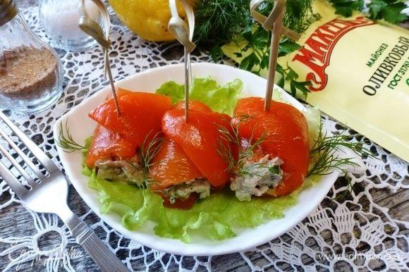 Рулетики из перца с тунцом и маслинами готова. А если останется начинка, то подайте ее на гренках или нафаршируйте яйца. Будет тоже очень вкусно. Приятного аппетита!