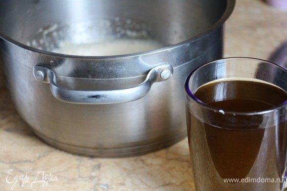 Не прекращая взбивать, влить оливковое масло. Важно, чтобы масло было качественное и вкусное, от него будет зависеть вкус и аромат вашего пирога!