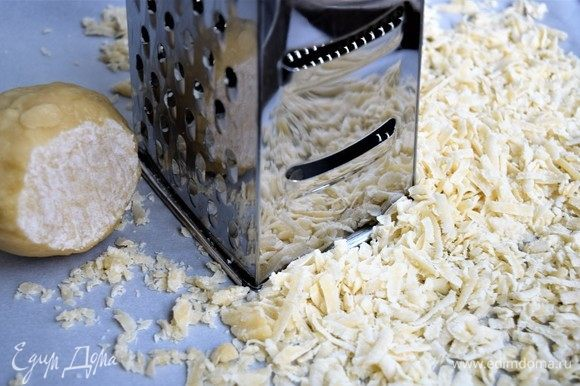Разогрейте духовку до 170°C. Пока духовка нагревается, на крупной терке натрите тесто из морозилки ровным тонким слоем на лист для запекания с пергаментной бумагой. Удобно запекать тесто в два приема.