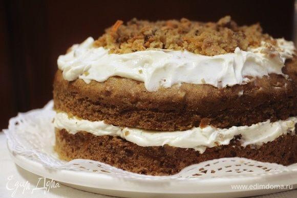 Остывший пирог можно разрезать на коржи и смазать кремом, а можно, не разрезая, целиком покрыть его кремом. Приятного аппетита!
