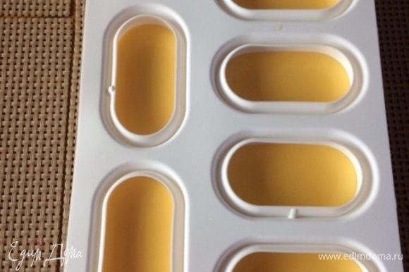 Вылить полученное желе в формы, остудить и заморозить. Желе + креме = начинка пирожного. Поэтому высоту/ толщину желе регулируем от 4 до 6 мм. Помним, что у нас еще мусс сливочный и бисквит, которые должны заполнить форму. Если готовим торт, то соответственно толщина желе может быть больше 1-1,5 см. Уже сами смотрите по своим формам.
