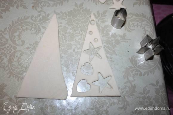 В одном треугольнике вырезаем фигурки.