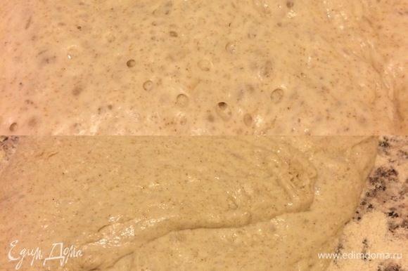Спустя указанное время рабочую поверхность присыпать мукой, аккуратно переложить тесто.