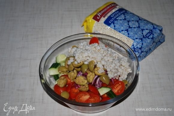 Помидоры, перец, огурец выложить в салатник. Добавить замаринованный лук, оливки и перловку.