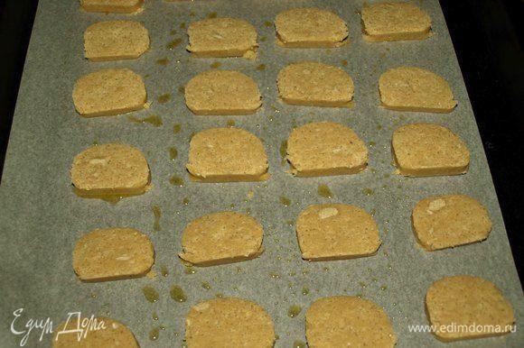 Выкладываем на застеленный пекарской бумагой противень и выпекаем в заранее разогретой до 180°С духовке 10-15 минут. Лучше за печеньем следить, чтоб не подгорело. Как только станет золотистого цвета надо доставать из духовки.