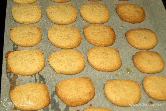 Достаем готовое печенье. Даем печенью немного остыть.