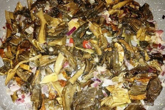 Добавьте к луку грибы и протомите минут 20-30 до мягкости грибов.