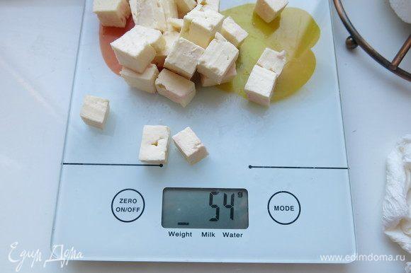 Нарезаем 55–60 г сыра имеретинского, кладем на сыр. На сыр — рыбу.
