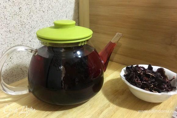 Залейте кипятком лепестки гибискуса (чай Каркадэ) и дайте настояться 5-10 минут.
