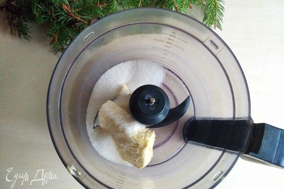 Отправляем в комбайн размягченное сливочное масло и сахар. Перемешиваем на небольшой скорости. Затем добавляем соль, разрыхлитель и измельченные зерна кардамона. Постепенно вводим яйца по одному, продолжая перемешивать.