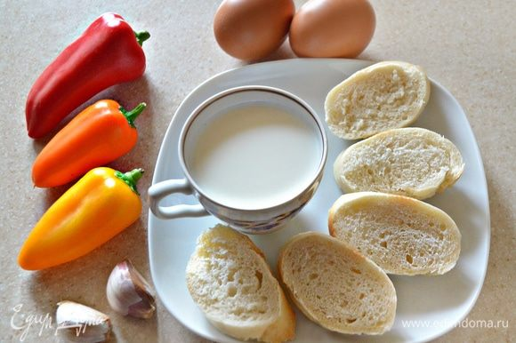 С ломтиков белого хлеба срезать корочки, мякиш замочить в молоке. Перец для тельного я использовала «мини», трех цветов. Вы можете взять один перец одного цвета либо отрезать по половинке от разноцветных. С разноцветным перцем наше тельное будет наряднее.
