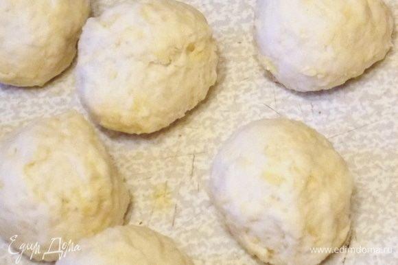 Разделить на кусочки с половину грецкого ореха и скатать шарики.
