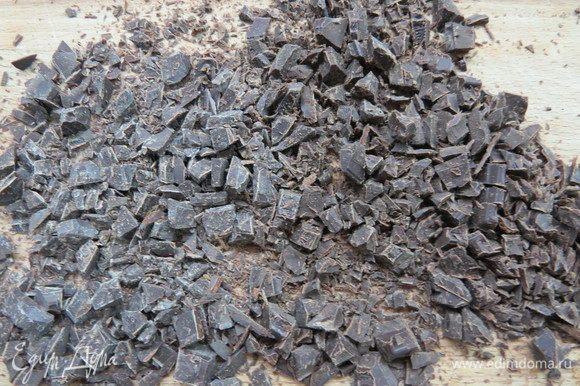Шоколад порезать мелким кубиком. Нарубить обжаренный миндаль.