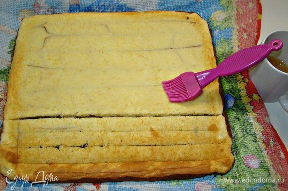 Смешать воду, сахарную пудру и ложку коньяка или ликера и этой смесью пропитать бисквит и снова накрыть.