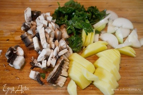 Картофель очистить и нарезать тонкими дольками, грибы, имбирь и зелень нарезать произвольно.