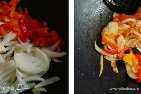 Лук нарезать перышками. Обжарить в сковороде лук и перец в течение 3 минут, пока овощи не станут мягче и не начнут обжариваться.