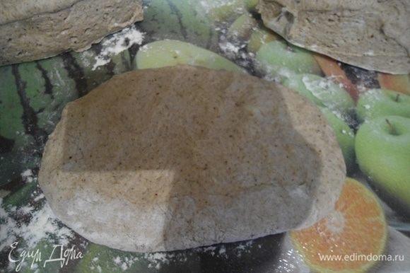 Разделите тесто на припыленном мукой столе на 3 части.