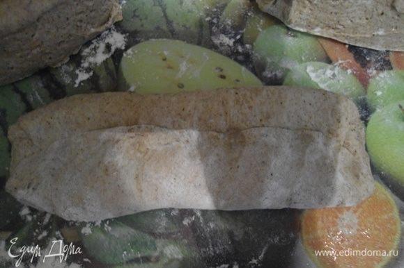Сформируйте 3 багета. Сначала расплющите тесто в лепешку, потом защипните каждый край вовнутрь, прижав пальцами, а потом скатайте удлиненные багеты.