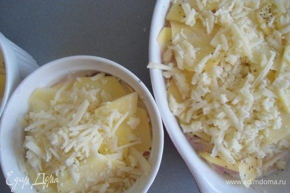 Сверху посыпать тертым сыром. Поставить в разогретую до 190–200°С духовку на 45 минут.