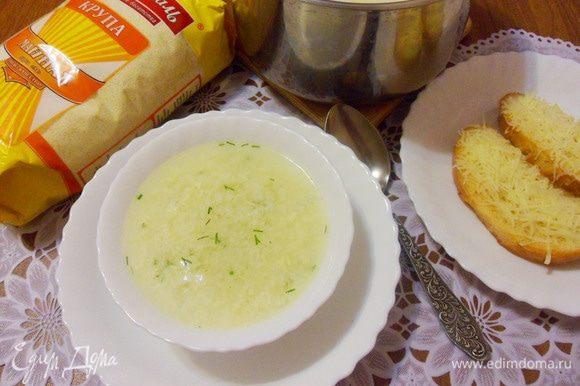 Этот итальянский яичный суп не нужно варить с запасом, он вкусен свежий, только что приготовленный. Мне больше понравился этот суп в теплом виде, так полнее раскрывается его вкус. Подавать страчателлу с сырными тостами.