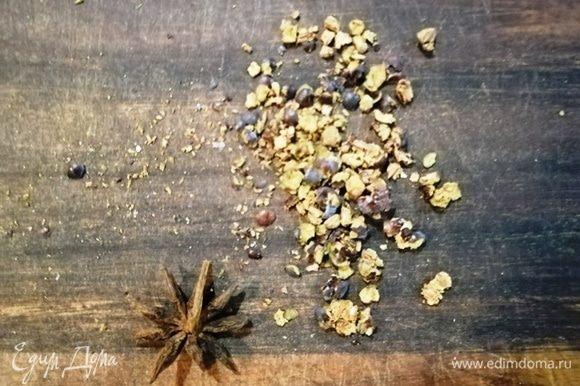 Сушеные ягоды можжевельника измельчаем ножом (не мелко). Тем временем наливаем в кастрюлю воду, доводим до кипения, солим, перчим. Опускаем наши «бабочки»-фарфалле на 7 минут.