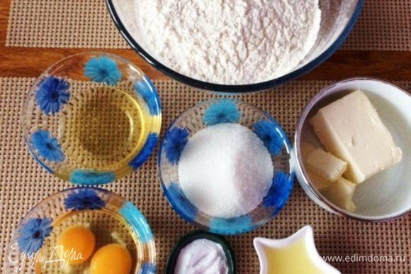 Подготовим все необходимые ингредиенты, чтобы были под рукой. Муку просеиваем. Масло сливочное топим, оно нам понадобится горячим.