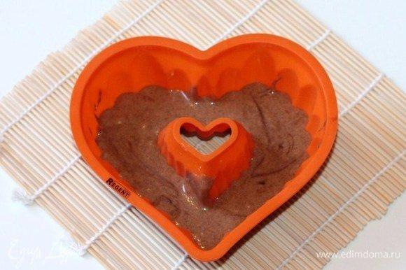 Включаем духовку на 180°С. Силиконовую формочку для выпечки заполняем шоколадной смесью.