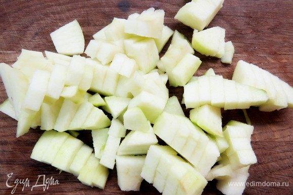 Яблоки очистить и нарезать некрупными брусочками.