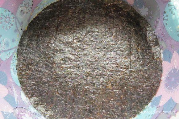 На яблоки выкладываем слой риса и накрываем вторым листом нори.