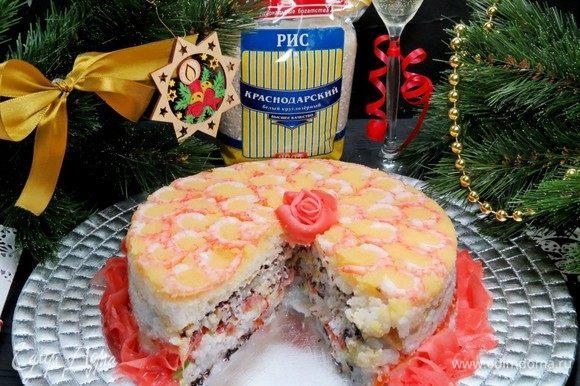 Разрезаем суши-торт, как и обычный торт, на порционные кусочки и подаем.