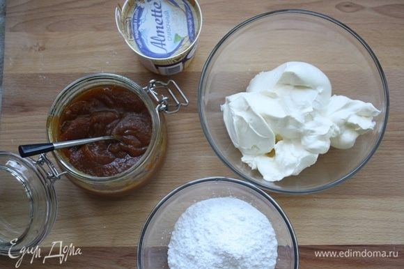 Пока займемся кремом. Сметану берем очень жирную, минимум 30%, иначе крем будет жидкий. Смешиваем все компоненты в миксере. Крем сладкий, с приятной кислинкой, по желанию, можно добавить чуть больше карамели, чем указано в рецепте. Далее отправляем наш крем в холодильник для стабилизации и густоты.