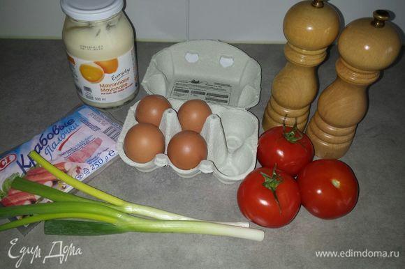 Промыть под водой лук, помидоры, отварить яйца.