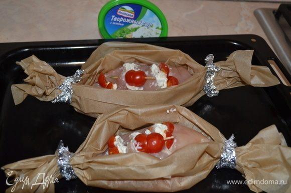 Сверху украсить помидорами черри. Выложить на бумагу для выпечки. Концы свернуть и закрепить так, чтобы получились «лодочки».
