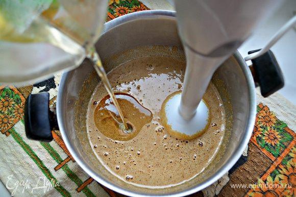 Продолжая взбивать, добавить растительное масло, щепотку соли.