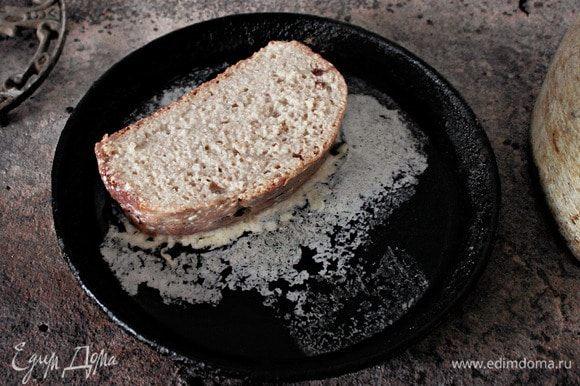 На сковороде с толстым дном разогреть 20 г сливочного масла и выложить пропитанные тосты. Сверху аккуратно разлить остатки кляра на каждый тост.