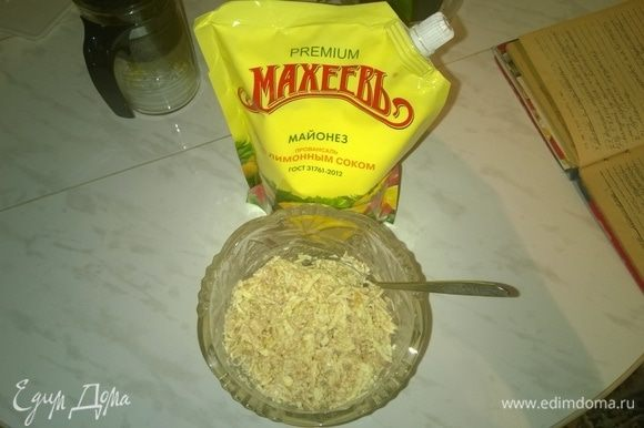 В завершение перемешиваем все составляющие компоненты блюда и заправляем его майонезом ТМ «МахеевЪ» по вкусу (я использую Провансаль с лимонным соком). Итак, этот очень простой, но очень вкусный салат готов, приятного аппетита!