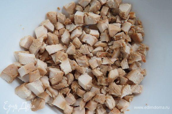 Куриные филе посолить, поперчить, посыпать приправами из итальянских трав и запечь в фольге до готовности. Запеченное филе порезать кубиками.