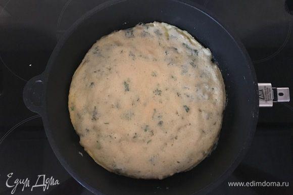 На плите в сковороде разогреваем оливковое и сливочное масло, выливаем яичную смесь, поджариваем на среднем огне до появления аппетитной корочки по краям.
