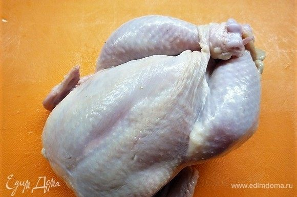 Складываем ножки цыплят крест-накрест, для этого делаем небольшие разрезы на коже в районе гузки.